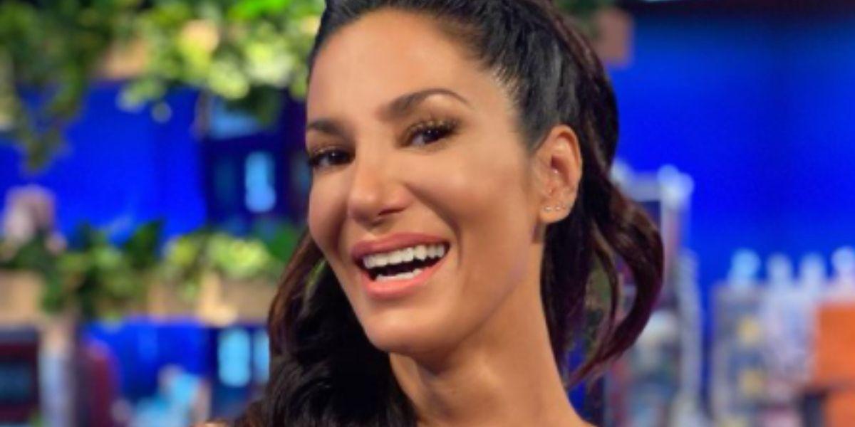 En mini vestido plateado (ajustadísimo), Silvina Escudero desfiló en la vereda y le dio su mejor sonrisa al calor