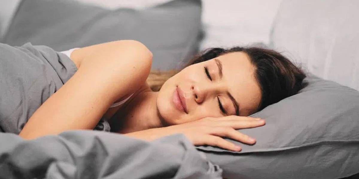 Por qué es importante el lado que elegimos para dormir: izquierda o derecha