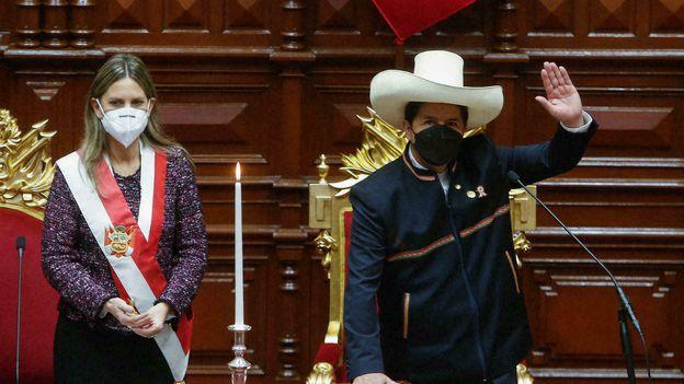 El presidente de Perú Pedro Castillo juramenta al lado de la presidenta del Congreso María del Carmen Alva en Lima el 28 de julio de 2021.